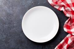 Plat et serviette de cuisine vides Photographie stock