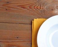 Plat et serviette sur une table Photographie stock