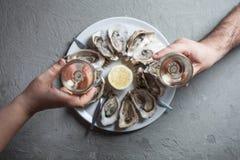 Plat exotique - huîtres avec du vin photo stock
