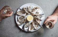 Plat exotique - huîtres avec du vin image libre de droits