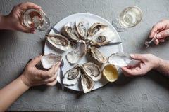 Plat exotique - huîtres avec du vin photographie stock libre de droits