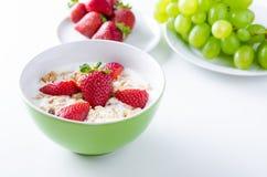 Plat fait maison de fruit avec du yaourt, les fraises et la granola Image stock