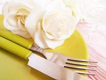 Plat, fleur rose au-dessus de célébration de portion de conception sur un fond en bois rose photographie stock libre de droits