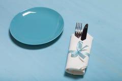 Plat, fourchette et couteau dans la serviette sur le fond en bois photos libres de droits