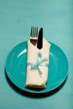 Plat, fourchette et couteau dans la serviette sur le fond en bois toned Photo stock