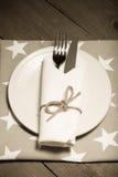 Plat, fourchette et couteau sur la serviette sur le fond en bois toned images stock