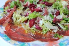Plat frais de bresaola, en salade Photographie stock