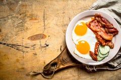 Plat frais de petit déjeuner Oeufs sur le plat avec le lard et les tomates Photo libre de droits