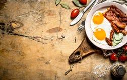 Plat frais de petit déjeuner Oeufs sur le plat avec le lard et les tomates Images stock