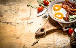 Plat frais de petit déjeuner Oeufs sur le plat avec le lard et les tomates Images libres de droits