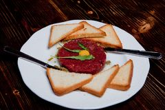 Plat frais de viande de tartre avec le jaune et le croûton photographie stock