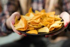 Plat frit fait maison d'offre de main de nourriture de frites de nacho photos libres de droits