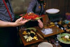 Plat froid savoureux avec des légumes et des poissons, servis avec de l'azote liquide photo libre de droits
