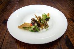 Plat gastronome avec la feuille de croûte images stock