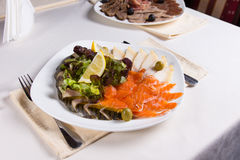 Plat gastronome de viande fraîche avec le légume et les citrons Images libres de droits