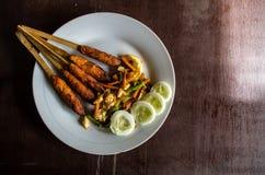 Plat indonésien Lombok : Assouvissez la préparation marinée par Pusut de viande sur la droite de l'espace de copie de bâton Photos stock