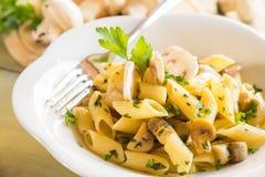 Plat italien de pâtes de champignon de champignon de paris Images stock