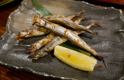 Plat japonais, poisson grillé de shishamo avec le citron photo stock
