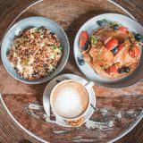 Plat lumineux avec les crêpes américaines d'un petit déjeuner sain d'été avec des baies et une cuvette de puissance photos stock