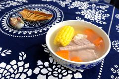 Plat, nervures de porc, maïs et soupe asiatiques à carotte Image libre de droits