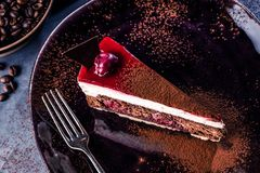 Plat noir avec le gâteau de chocolat délicieux sur le fond gris images libres de droits