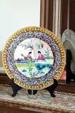 Plat peint coloré de porcelaine Image stock