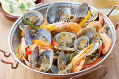 Plat portugais traditionnel de fruits de mer - cataplana- Photo stock