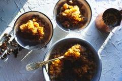 Plat pour le dessert avec de la glace de café, une cuvette et des grains sur la vue supérieure de table Granit sicilien images libres de droits