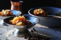 Plat pour le dessert avec de la glace de café, une cuvette et un grain sur le plan rapproché de table Granit sicilien photos libres de droits