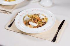 Plat préparé au couvert sur le Tableau de restaurant image stock