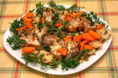 Plat principal délicieux : pêchez avec des légumes du plat au-dessus de la nappe vérifiée Photos libres de droits