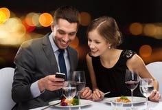 Plat principal de sourire de consommation de couples au restaurant Image libre de droits