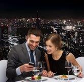 Plat principal de sourire de consommation de couples au restaurant Photographie stock