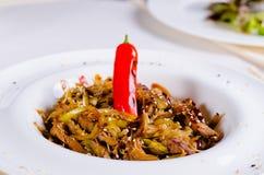 Plat principal savoureux gastronome avec Chili Pepper Images stock