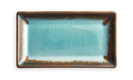 Plat rectangulaire vide, plat bleu de céramique dans le modèle criqué, vue d'en haut d'isolement sur le fond blanc avec le chemin photographie stock libre de droits