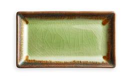 Plat rectangulaire vide, plat vert de céramique dans le modèle criqué, vue d'en haut d'isolement sur le fond blanc avec le chemin image libre de droits