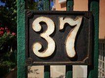 Plat rouillé en métal carré grunge de vintage du nombre d'adresse images libres de droits