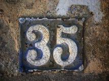 Plat rouillé en métal carré grunge de vintage du nombre d'adresse photo stock