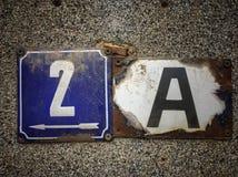 Plat rouillé en métal carré grunge de vintage du nombre d'adresse photographie stock libre de droits