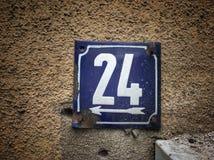 Plat rouillé en métal carré grunge de vintage du nombre d'adresse photos libres de droits