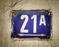 Plat rouillé en métal carré grunge de vintage du nombre d'adresse photos stock