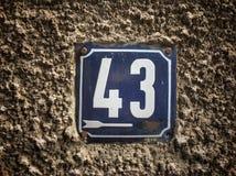 Plat rouillé en métal carré grunge de vintage du nombre d'adresse photo libre de droits