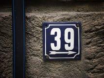 Plat rouillé en métal carré grunge de vintage du nombre d'adresse avec le nombre photos libres de droits
