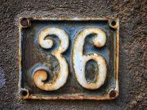 Plat rouillé en métal carré grunge de vintage du nombre d'adresse avec le nombre photographie stock libre de droits