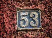 Plat rouillé en métal carré grunge de vintage du nombre d'adresse avec le nombre image stock