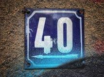 Plat rouillé en métal carré grunge de vintage du nombre d'adresse avec le nombre photo libre de droits