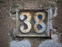 Plat rouillé en métal carré grunge de vintage du nombre d'adresse avec le plan rapproché de nombre photos libres de droits