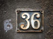 Plat rouillé en métal carré grunge de vintage du nombre d'adresse avec le plan rapproché de nombre photographie stock libre de droits