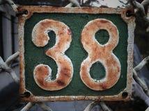 Plat rouillé en métal carré grunge de vintage du nombre d'adresse avec le plan rapproché de nombre photos stock