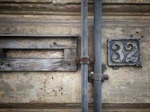 Plat rouillé en métal carré grunge de vintage du nombre d'adresse avec le plan rapproché de nombre image stock